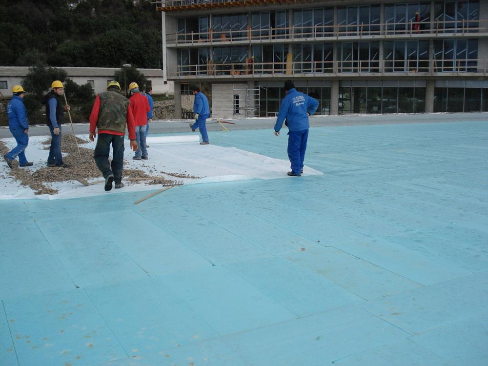 Krov kongresne dvorane - ugradnja geotekstila i šljunka kao opterećenja za slojeve hidroizolacije i termoizolacije