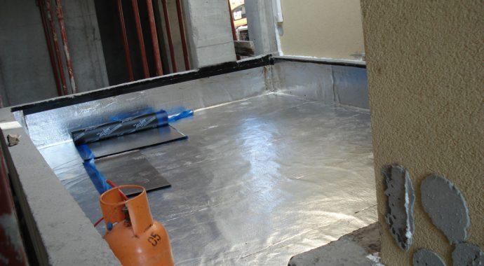 Ugradnja bitumenske parne brane sa aluminijskom folijom na sloj betona u padu