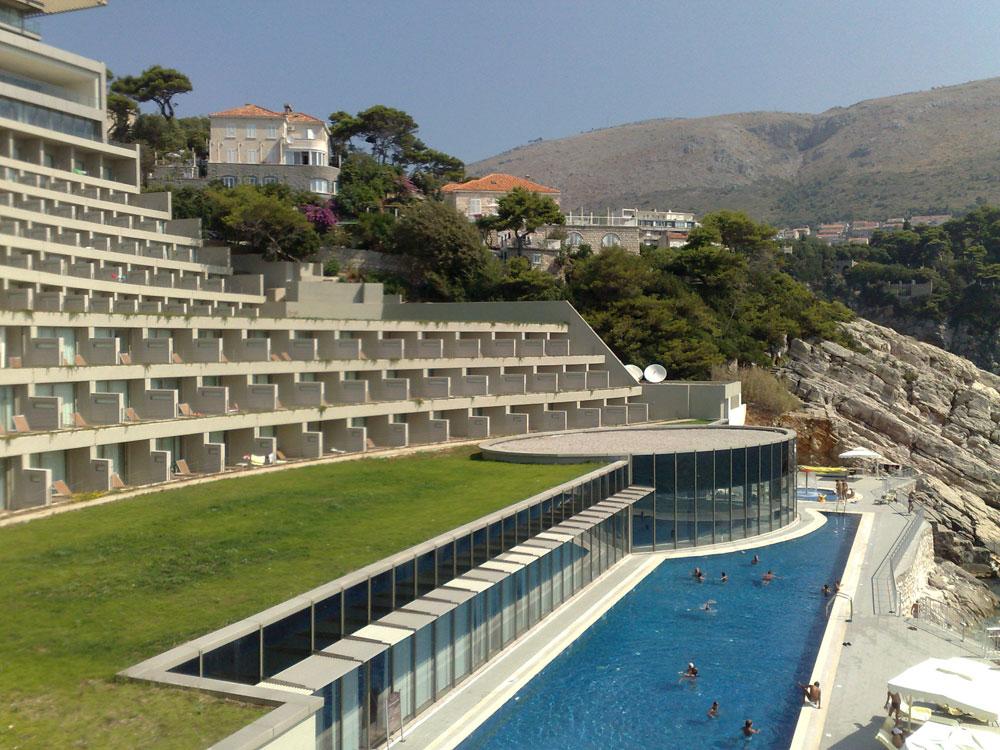 Zeleni krov i bazen na hotelu.